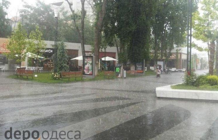 В перший день літа відпочиваючих Одеси налякала потужна злива (ФОТО, ВІДЕО)
