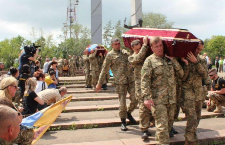 У Маріуполі в останню путь проводили трьох загиблих бійців: люди стали навколішки (ВІДЕО)