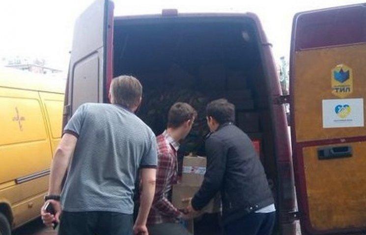 """Вінницькі волонтери повезли бійцям 6 тонн гуманітарки та """"Жигулі"""""""