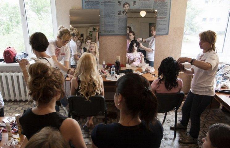 Колючі і сердечні: Як сироти Донбасу готувалися до випускного