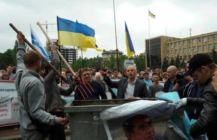 """У Миколаєві працівники """"будок"""" прийшли під міськраду з вилами та сміттєвими баками"""
