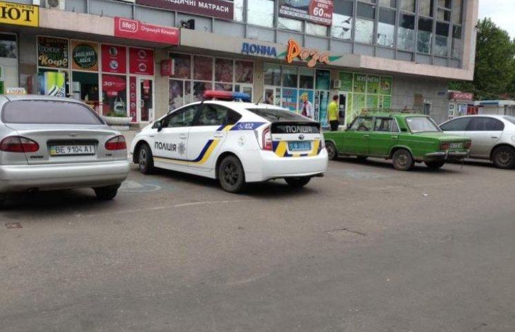 В Николаеве патрульные припарковались на местах для инвалидов