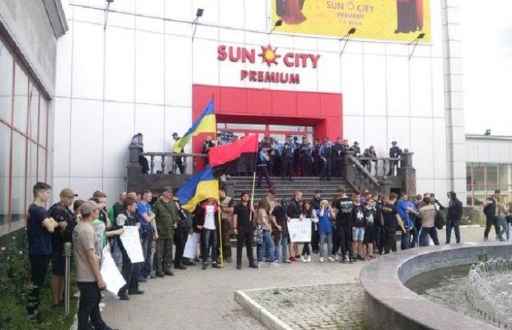 У Харкові активісти блокують з'їзд партії Клименка