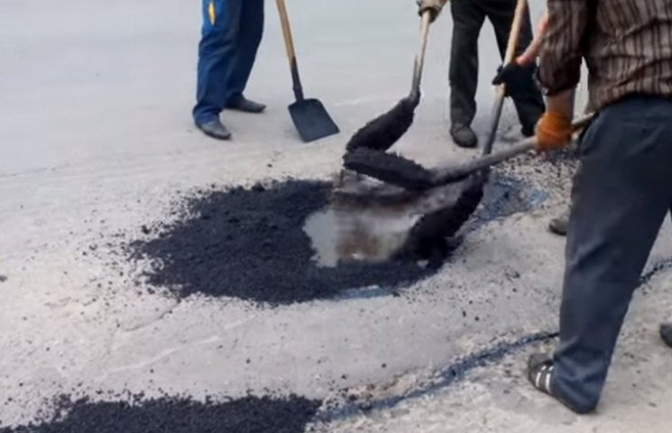 """В Хмільнику ремонтують дороги за """"калюжною"""" технологією"""