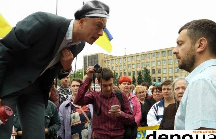 """Ленін на броньовику: миколаївський пікетувальник на столі став """"героєм"""" дня (ФОТОЖАБИ)"""