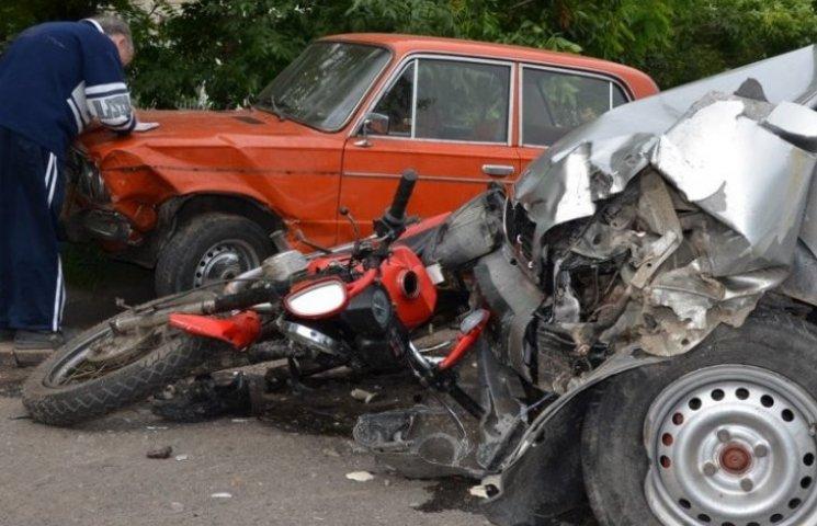 У потрійній ДТП в Миколаєві розтрощило мотоцикл: водій у лікарні
