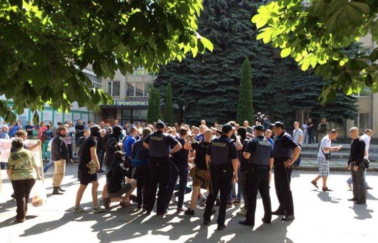 У центрі Хмельницького летять яйця, скандують проукраїнські гасла, десятки поліцейських на виклику