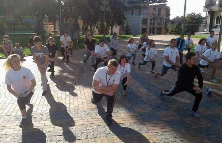 Українські студенти вийшли на бадьору руханку до Вінницької мерії