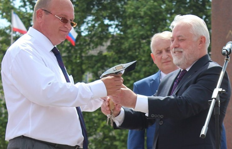 Росіяни подарували Сімферополю сокиру із блокадного Ленінграда