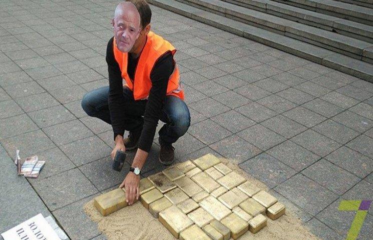 "В Одесі поклали ""золоту плитку"" для Труханова"