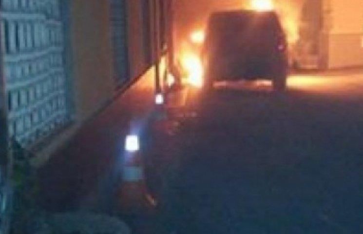 В Одесі спалили автівку власника відомого готелю (ФОТО, ВІДЕО)