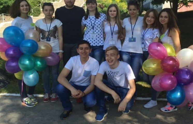 Студенти Хмельницького національного розважали дітей в ботанічному саду