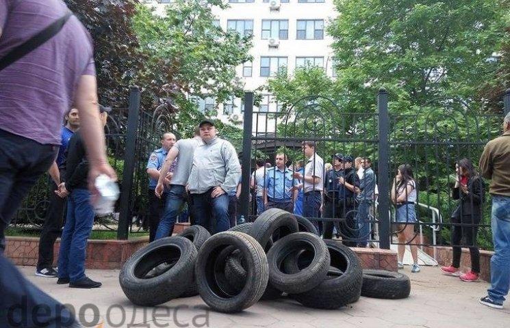 До будівлі Аппеляційного суду Одещини активісти принесли шини