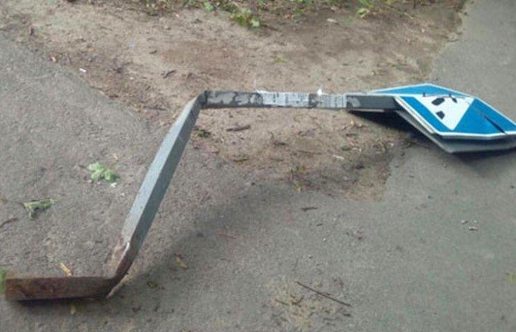 У Маріуполі автівка на тротуарі збила жінок з двома дітьми у візочках (ФОТО)
