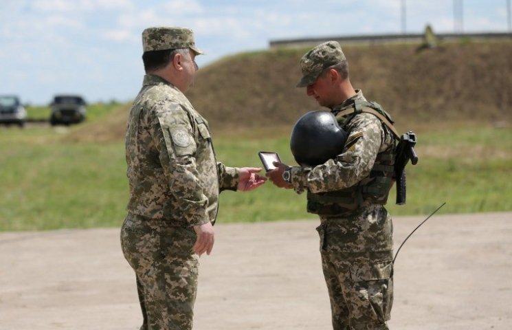 Полторак на Широколановском полигоне наградил 75 бойцов 93-й бригады