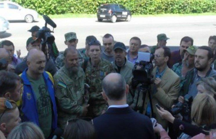 У Полтаві бійці АТО під міськрадою вимагали безкоштовного проїзду