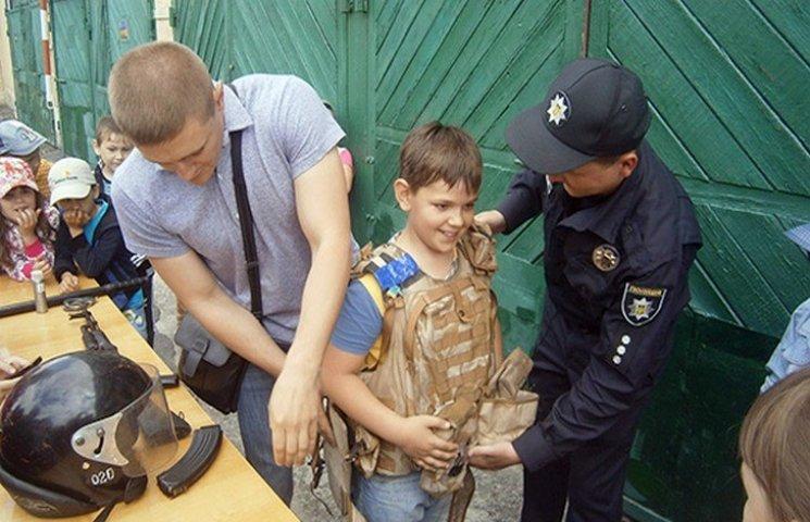 """На Хмельниччині школярі міряли бронежлети та """"розкривали"""" злочини"""