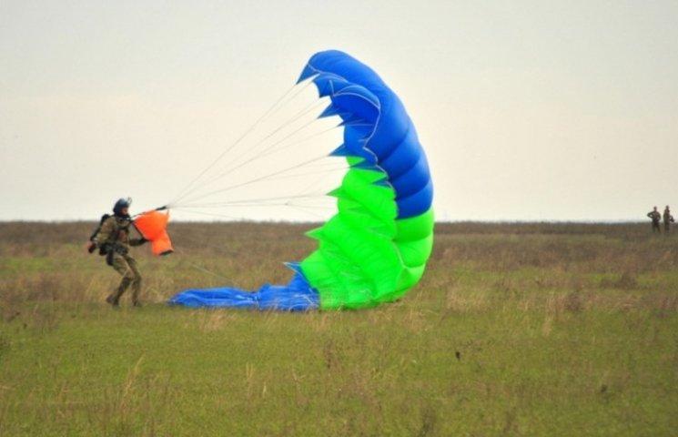 На Миколаївщині десантники відпрацьовували техніку стрибків з парашутом