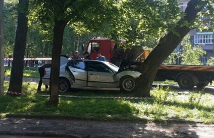 В Одесі в одному з парків автівка врізалася в дерево