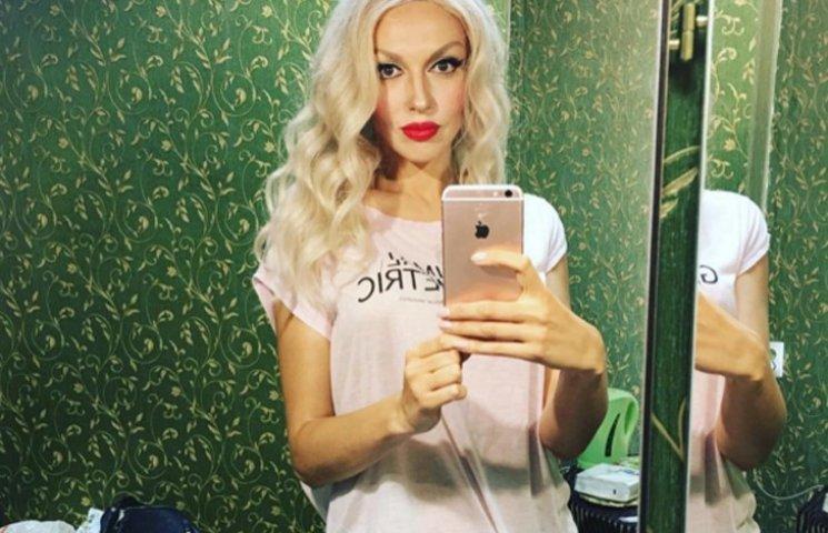 Полякова без макіяжу похизувалась рожевим волоссям