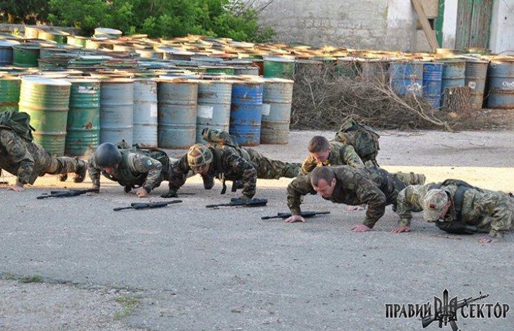 """Як правосеки тренують """"Чонгарських бобрів"""" на """"кордоні"""" з Кримом"""