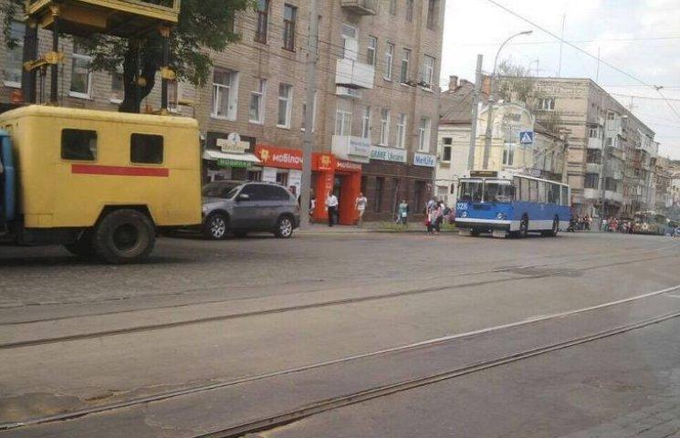 В центрі Вінниці стоять трамваї і тролейбуси