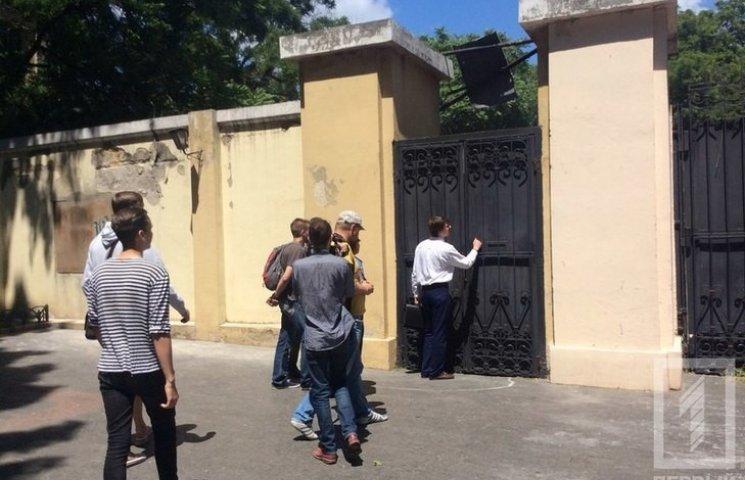 В Одесі активісти зламали ворота в Літній театр в Міському саду
