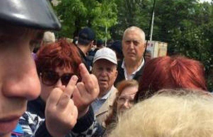 """В Мережі сміються над пенсіонерами Одеси, які показували непристойні жести """"правосекам"""""""