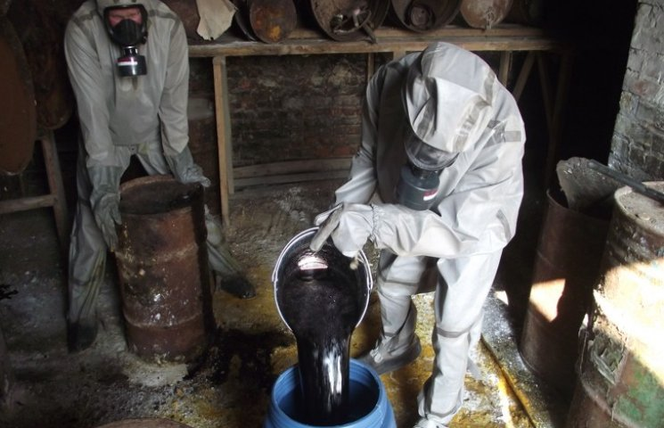 На Хмельниччині мають позбавитися більше сотні тонн пестицидів