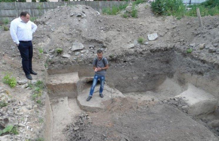 Уникальный горн 15 века раскопали в Каменец-Подольском