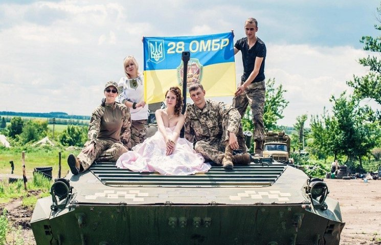 Любовь в АТО: Как военный и волонтер гуляли свадьбу на танке