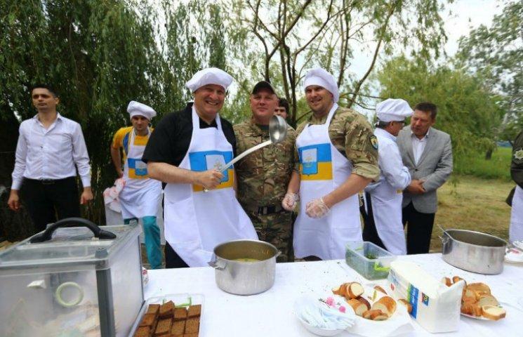 Аваков став вуличним кухарем: пригощає фірмовим гороховим супом (ФОТО)