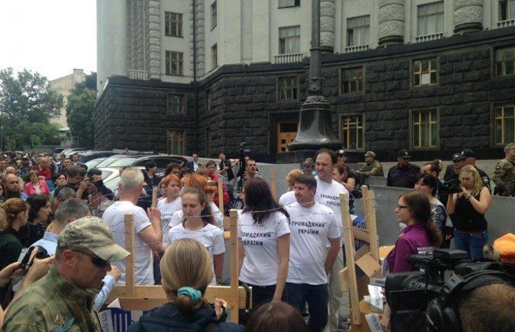 Донбаські переселенці з колючим дротом і меблями пікетують Кабмін