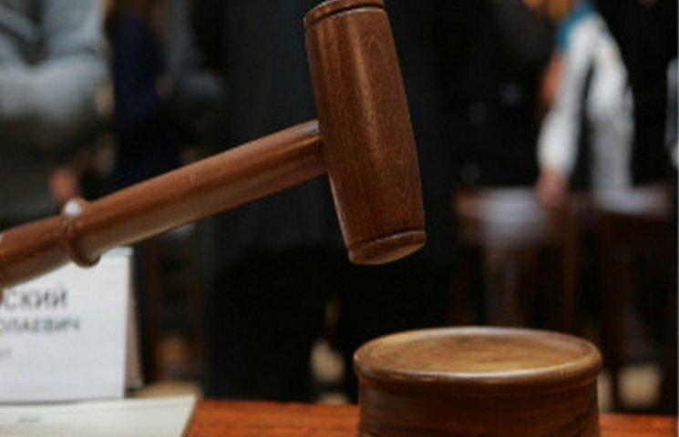 """На Хмельниччині засудили держвиконавця, який """"торгував"""" арештованими автомобілями"""