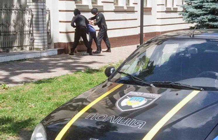 На Полтавщині чоловік бив вікна у адмінбудівлях