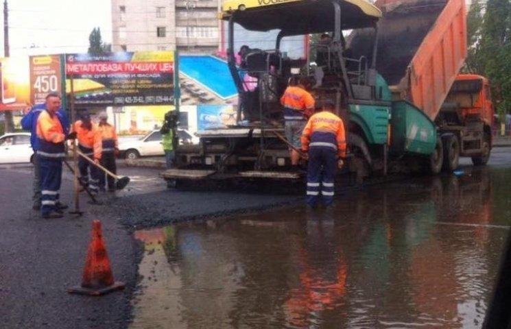 """Мэр Николаева заявил, что дороги """"для Порошенко"""", которые клали в дождь, временные"""
