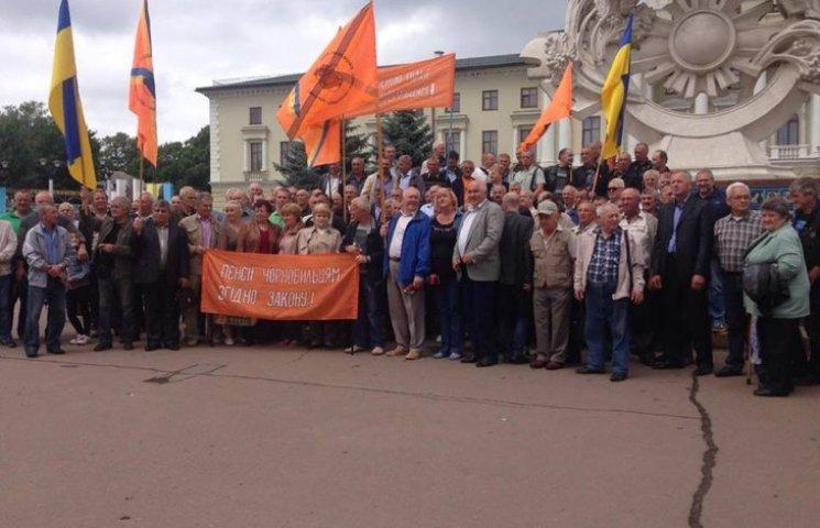 Мітингуючі хмельницькі чорнобильці прийняли звернення до Президента