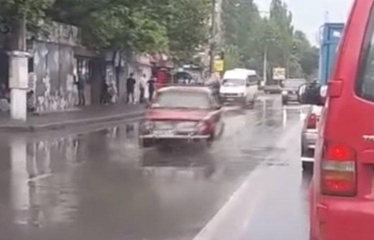 """В Николаеве к кортежу Порошенко """"прибились"""" красные """"Жигули"""""""