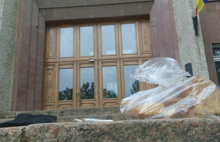 Сухари, носки и сигареты: экс-главу Николаевской ОГА собирают в тюрьму