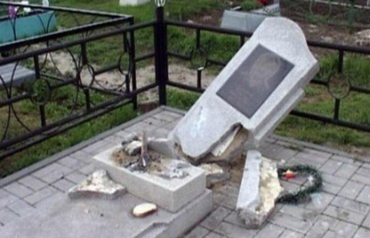 На Буковині засудили чоловіка який скоїв наругу над могилами