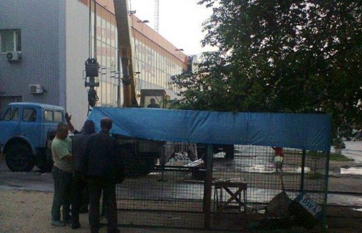 У Миколаєві продовжують демонтувати незаконну рекламу