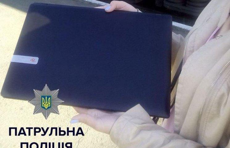 У Хмельницькому затримали дівчину з викраденим ноутбуком