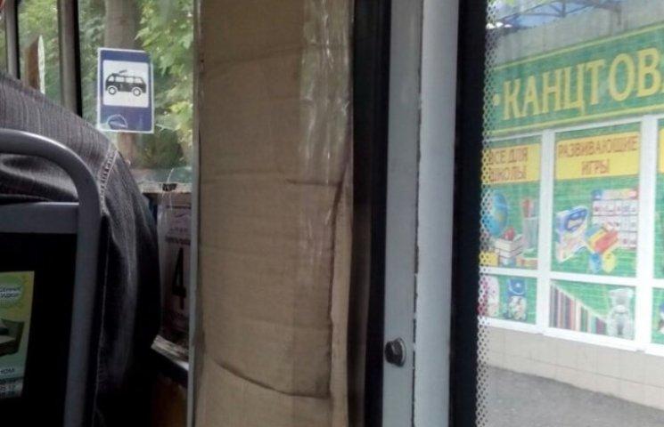 По Миколаєву їздить маршрутка з картонними дверима