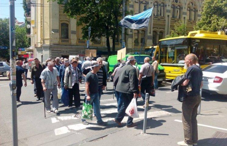 """Под Радой шахтеры, которые требуют улучшения, уже протестуют на """"зебре"""" (ФОТО)"""