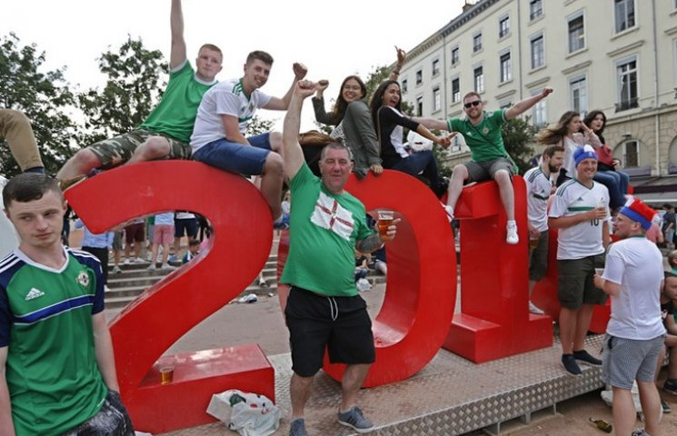 "Видео дня: ""Путин - х**ло"" от ирландских болельщиков и сон Савченко на заседании комитета"