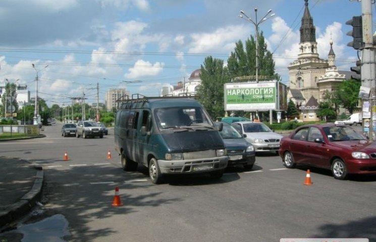 """У Миколаєві дівчина перебігала дорогу на """"червоний"""" та спровокувала ДТП"""