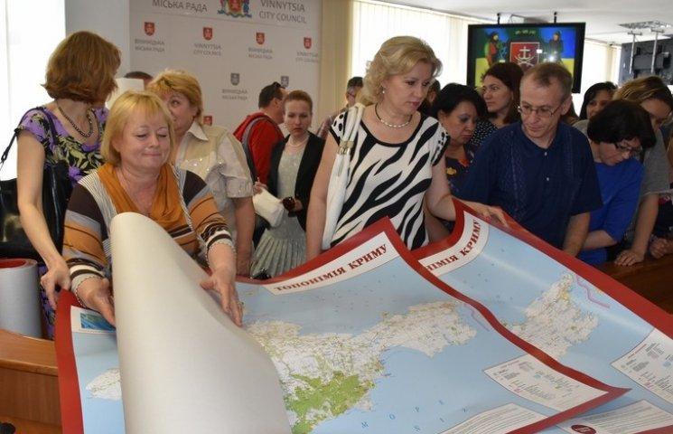 Кіпіані передав вінницьким школам карти, які допоможуть зрозуміти кримських татар