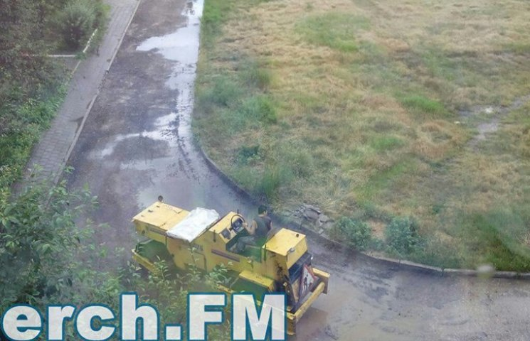 Как в оккупированном Крыму укладывают асфальт во время ливня