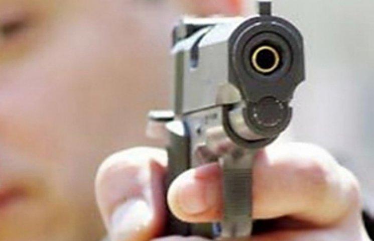 У Миколаєві 20-річний парубок погрожував відвідувачам кафе пістолетом
