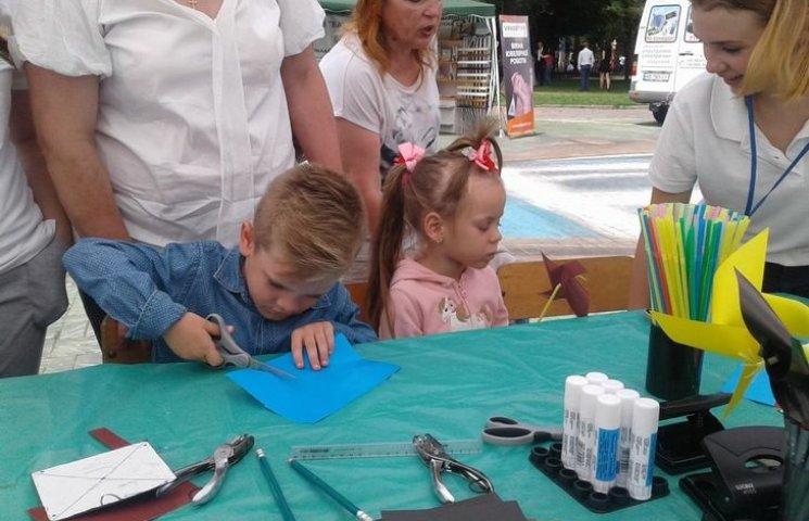В центрі Вінниці дітей вчили сортувати сміття та робити вітряки